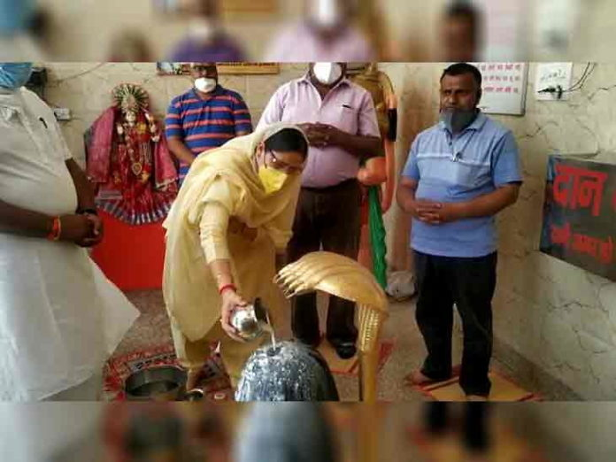 ; Kaithal Coronavirus Lockdown Update | Haryana BJP Minister Kamlesh Dhanda Perform Puja at Shiv Shakti Dham Temple in Kaithal, Video Goes Viral | If the doors of God are closed for the general public, BJP minister Kamlesh Dhanda arrives and worship is done in the temple.