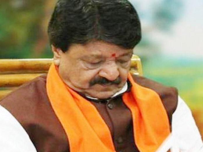 Indore News in Hindi: Kailash Vijayvargiya in Indore Bypass Toll Naka OverTo Help Migrant Workers Palayan | On the suggestion of Congress leader Prithviraj Chavan, Vijayvargiya said - temple people are engaged in service, ask Soniaji to help with accounts of other religious places