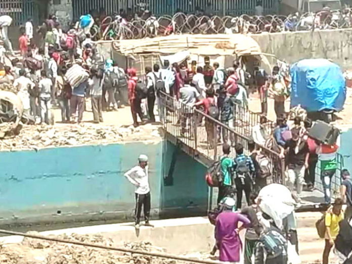 Migrants Workers Update | Mumbai Bandra Station Shramik Special Train Tickets Registration News Updates On Stranded Migrants Workers | 5 thousand people arrived outside Bandra railway station to catch labor special train, registration was one thousand; Police baton charged